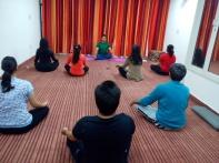Yogi Jñāna Param taking a yoga session