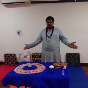 Yogi Vikram Mittal praying before the session
