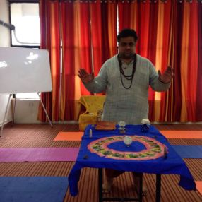 Yogi Vikram Mittal praying before the session